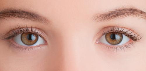 mắt nâu nên đeo lens màu gì
