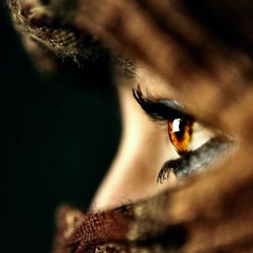 người châu á mắt nâu