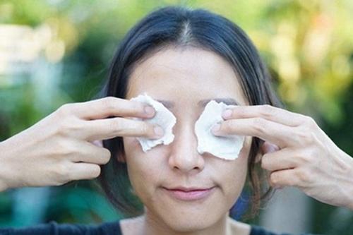 chữa thâm quầng mắt bằng muối