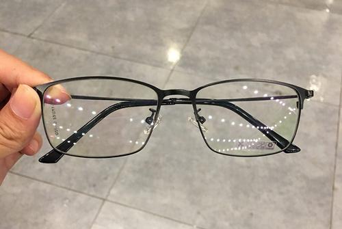 đeo kính cận bị sụp mí